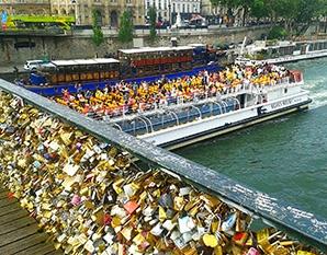 Amor eterno encandenado en Pont des Arts